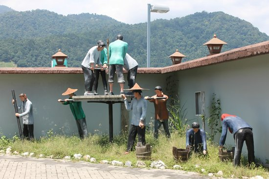Kinta Tin Mining Museum: Displays are all around the exterior of the museum showing the various mining processes