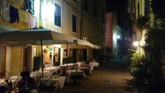 Da Rino: la terrasse dans la ruelle