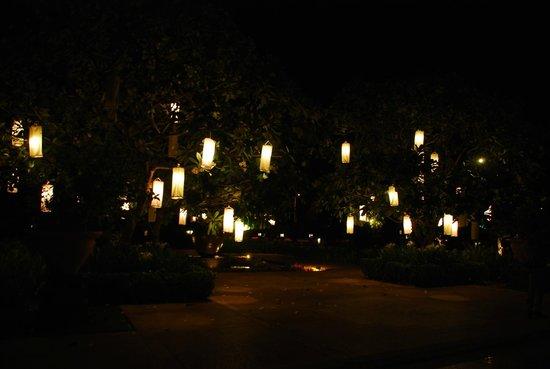 Le Meridien Angkor: hotel exterios lighting
