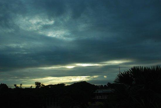 Le Meridien Angkor: cloudy sunrise