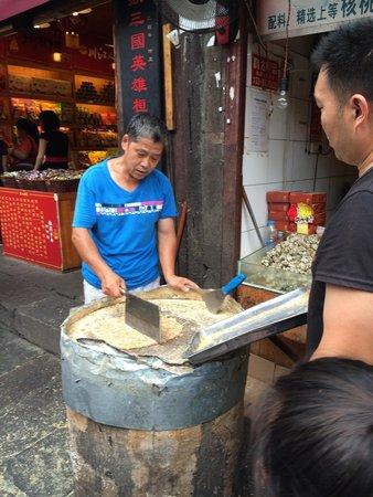 Ci Qi Kou (Porcelain Village): 牛皮糖