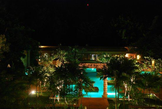 Le Meridien Angkor: night pool scene
