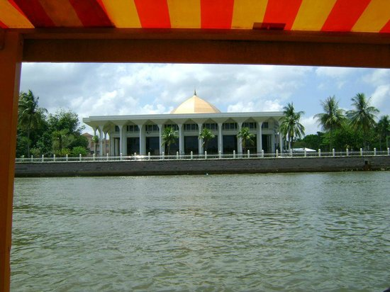 Kampong Ayer - Venice of East : View of the Supreme Court from Kampong Ayer