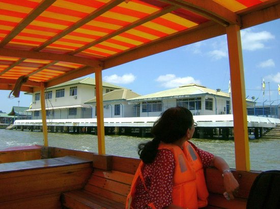 Kampong Ayer - Venice of East : Police station at Kampong Ayer