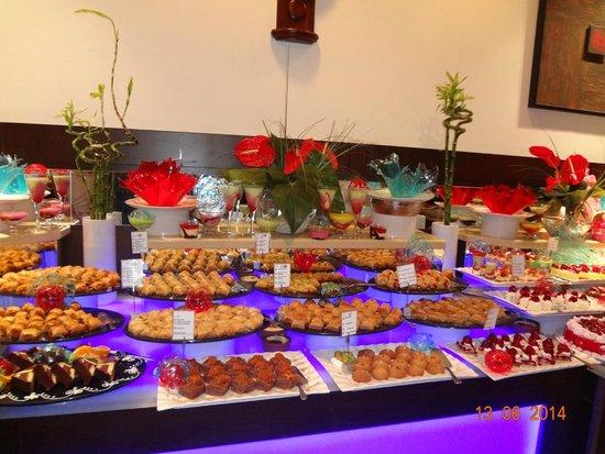 Amara Wing Resort Kemer : стол восточных сладостей