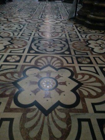 Piazza del Duomo: мозаика на полу внутри Собора