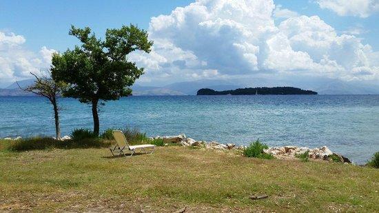 Family Life Kerkyra Golf: Vista dell'isola di vidos dal giardino destro