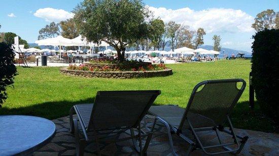 Family Life Kerkyra Golf: Vista dalle camere piano terra sulla piscina con balconcino indipendente