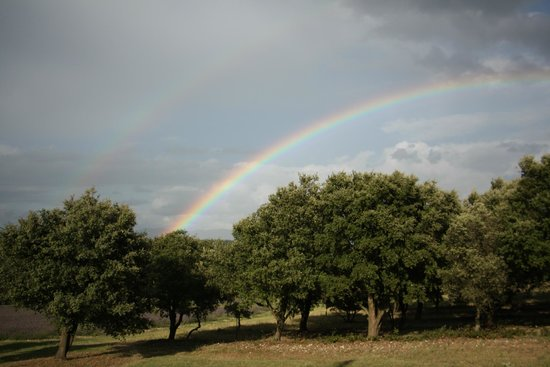 La Ferme les Eybrachas : bel arc en ciel devant la maison