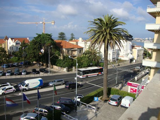 SANA Estoril Hotel: view from the room to the main road lisbon-estoril