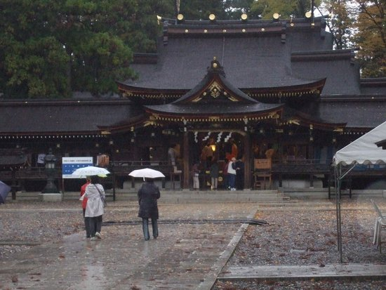 Taga Taisha : 大社の本殿 雨の中参詣者多し