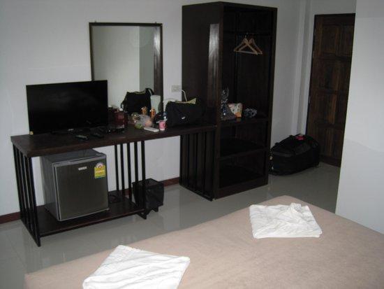 Koya Guesthouse: TV, Fridge, closet area