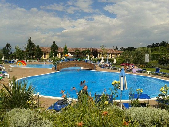 Hotel Bella Italia : Vue de la piscine devant l'hôtel