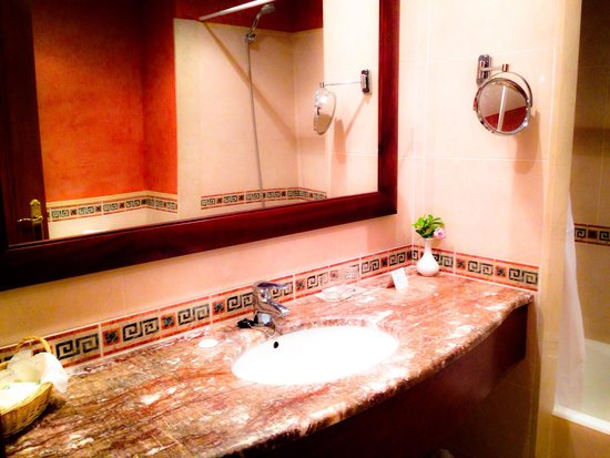 Valentin Star Hotel : Bathroom...which plays a selection of classical music...so soothing!