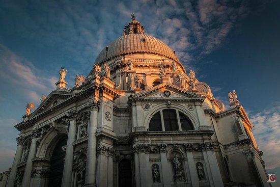 Basilica di Santa Maria della Salute: У подножья