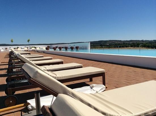 Ecorkhotel-Evora Suites & Spa : a piscina exterior