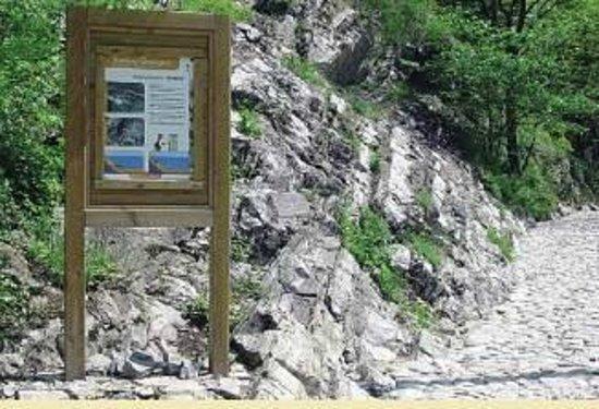 Canzo, Italien: foto 1 - Luogo interesse geologico con pannello descrittivo.