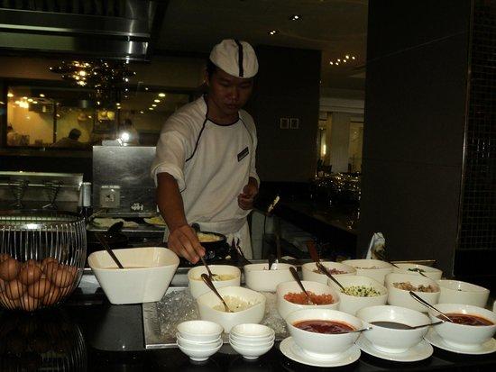 Mövenpick Hotel Saigon: Egg Station At Breakfast Buffet