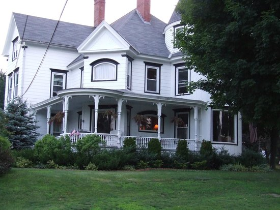 Glynn House Inn: From the Street - it was so peaceful to sit in the wicker rockers on that front porch.