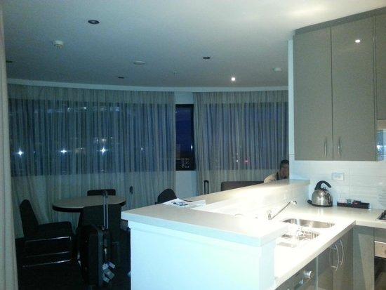 Meriton Serviced Apartments Kent Street: cucina e soggiorno