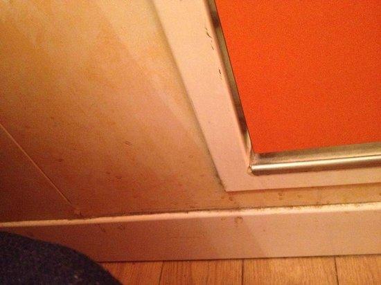 """easyHotel London Earls Court: schizzi di """" non voglio sapere cosa"""" sulle pareti"""