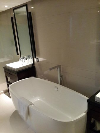 SSAW Boutique Hotel Shanghai Bund: clean bath and shower