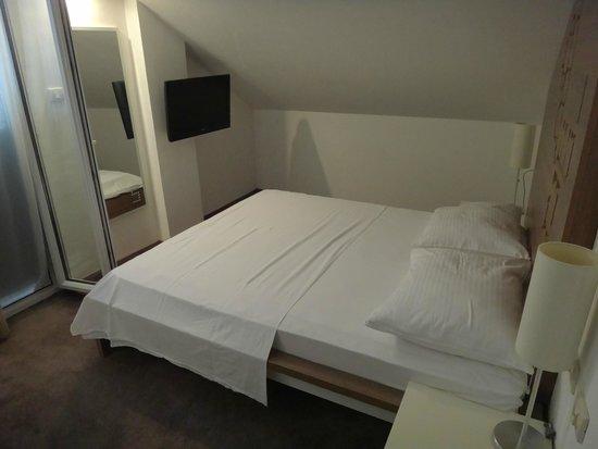 Hotel Slavija: Bed
