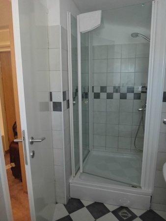 Hotel Slavija: Bathroom