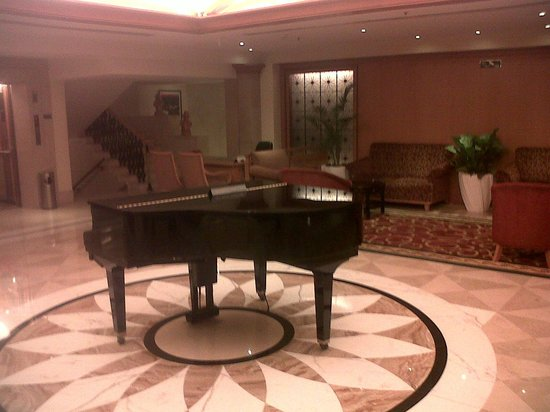Ramada Plaza Palm Grove: Lobby Area