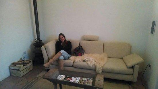 Casa de Te Tacuara: Sala de estar. Con un excelente sillón, una salamandra, pc.con internet y wifi.