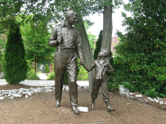The Andy Griffith Museum : statue