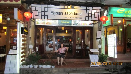Elysian Sapa Hotel: Outside the hotel/restaurant