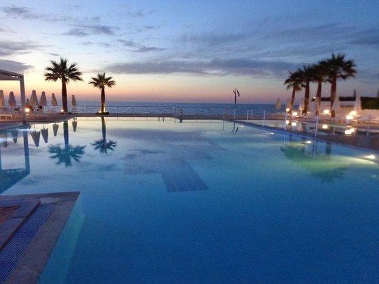 White Palace El Greco Luxury Resort: Hoofdzwembad 's avonds