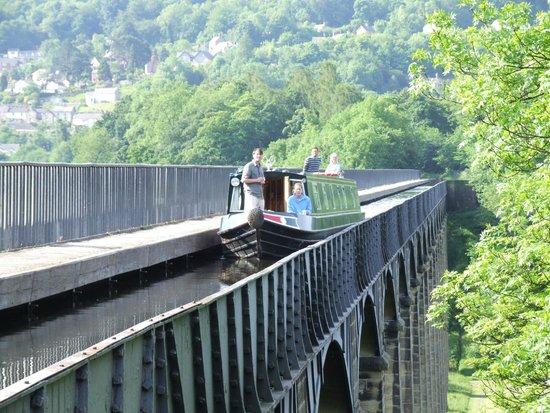 Trevor, UK: Narrowboat going over the Pontcysllte Aqueduct