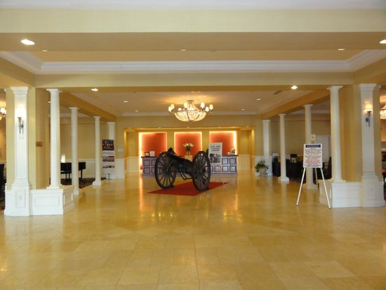 Wyndham Gettysburg: Cannon in the front lobby
