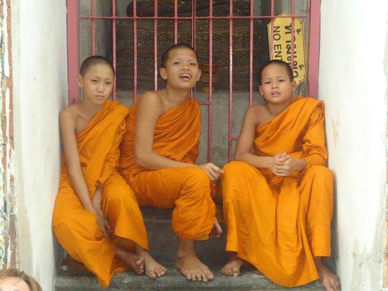 Wat Arun (Tempel der Morgenröte): Monjes en Wat arun