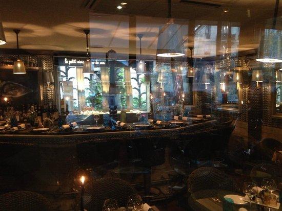 Le Bar a Huitres Place des Vosges: Внутри бара