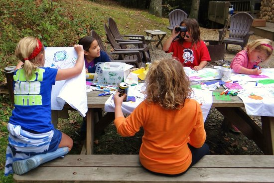 Harvest Moon Cottages: Craft time outside the cabin