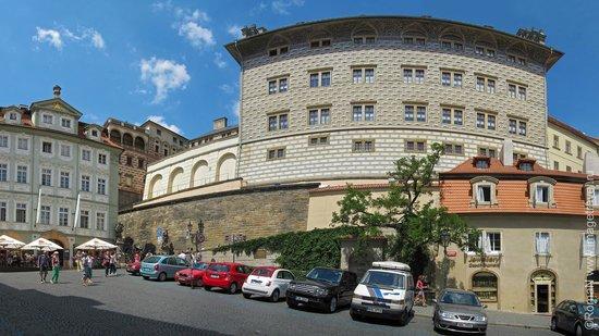 Castle District : Дворец Шварценбергов с ул. Нерудова