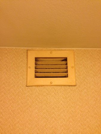 Courtyard by Marriott Savannah Midtown: Dirty vent in bathroom