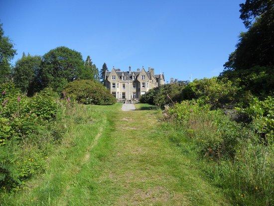 Glengarry Castle Hotel: L'hôtel dans son écrin de verdure