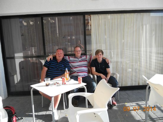 Apartamentos Luxmar: Out on the front terrace near the pool..
