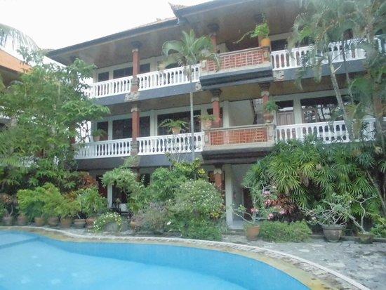 Simpang Inn: プールから見た部屋