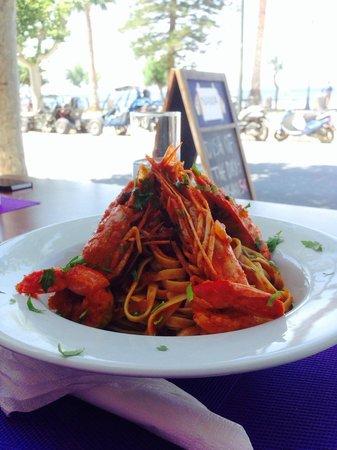 Smartline Philippion Hotel: Блюдо из морепродуктов в приятном ресторане отеля