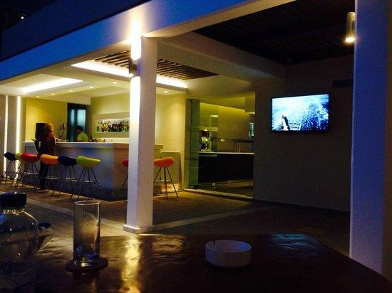 Smartline Philippion Hotel: Бар у бассейна