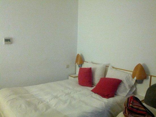 Girona Aeropuerto: большая кровать