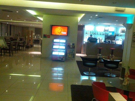 Girona Aeropuerto: холл