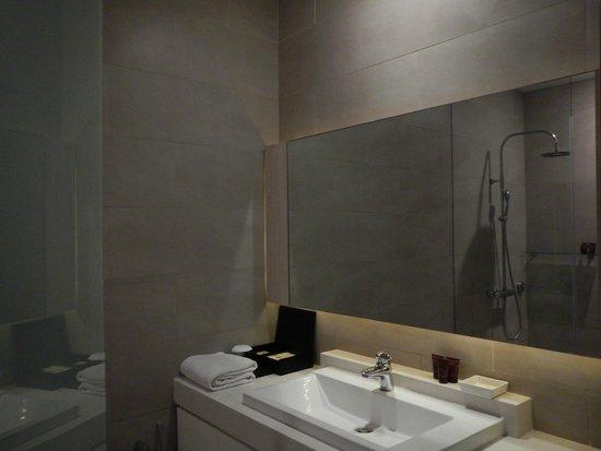 Puri Santrian: Grande salle de bain