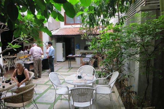 Frangipani Fine Arts Hotel: Breakfast in the garden