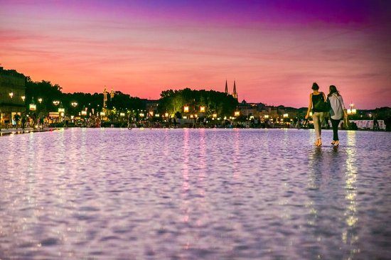 Miroir d'Eau de Bordeaux : walking on water